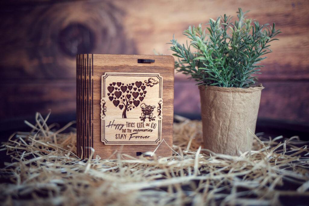 Cutie din lemn mica pentru stick USB - model Proaspăt căsătoriti