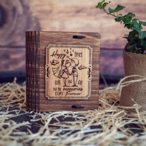Cutie din lemn mica pentru stick USB - model Tineri Casatoriti