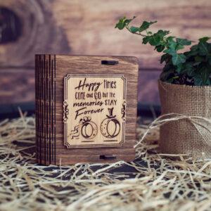 Cutie din lemn mica pentru stick USB - model Verighete vesele
