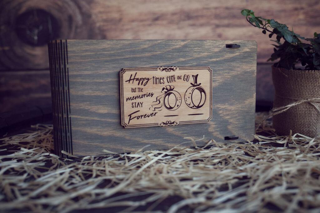 """Cutie din lemn pentru stick USB + loc fotografii model """"Verighete"""""""