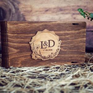 Cutie din lemn pentru stick USB + loc fotografii model 2 Wedding Name