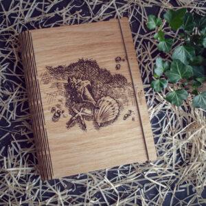"""Agenda din lemn - model """"Scoici pe nisip"""""""