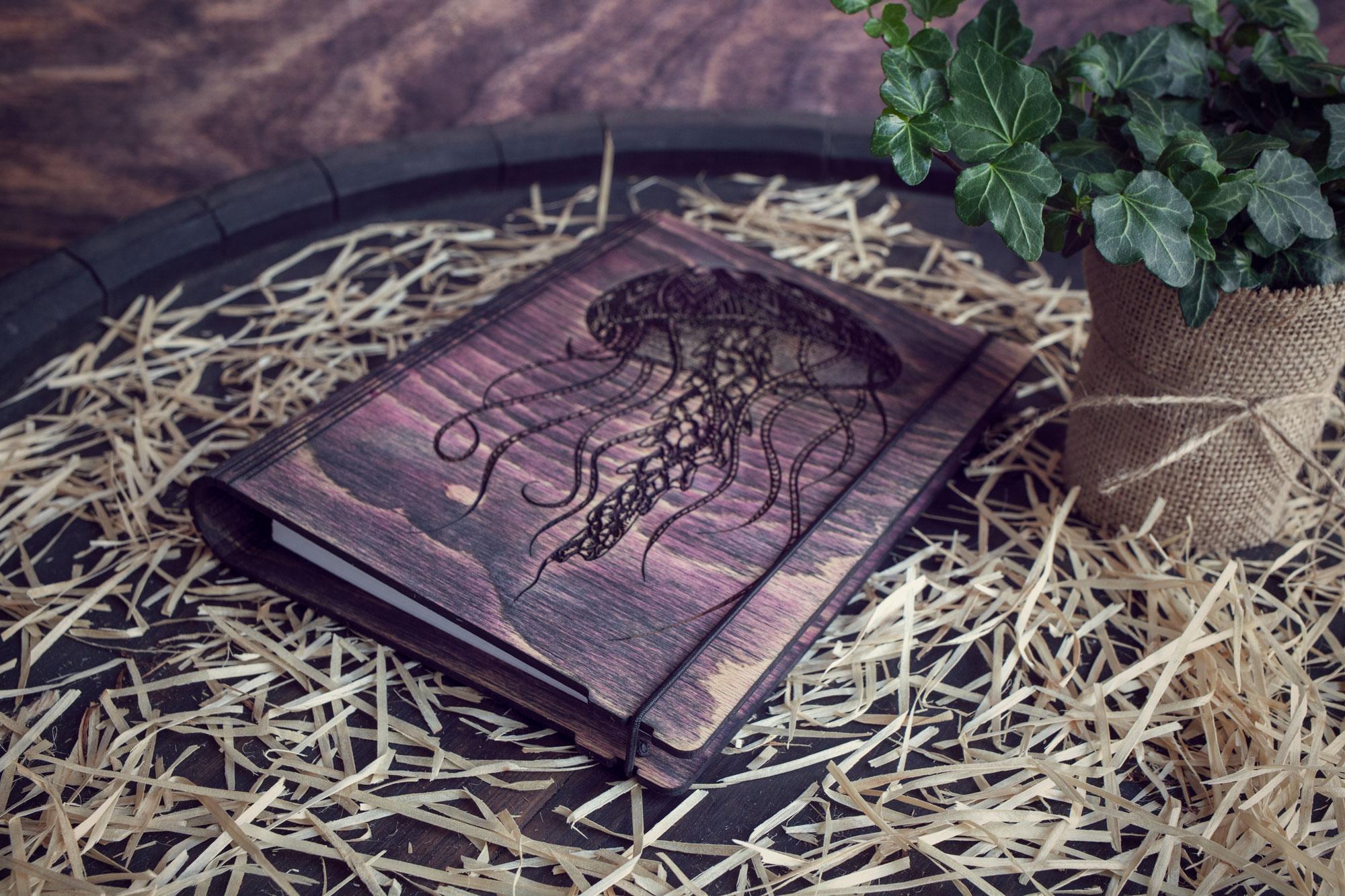 "Agenda din lemn - model ""Meduza"""