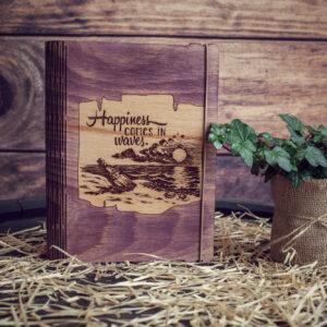 """Agenda din lemn - model """"Fericirea vin in valuri"""""""