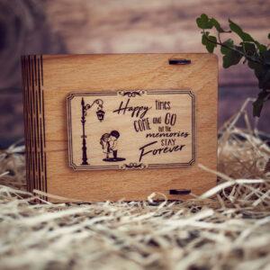 Cutie din lemn medie pentru stick USB - model Copii sub felinar