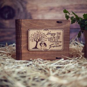 Cutie din lemn medie pentru stick USB - model Mereu Indragostiti