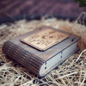 Cutie din lemn medie pentru stick USB - model Ursuletul de pe luna (baietel)