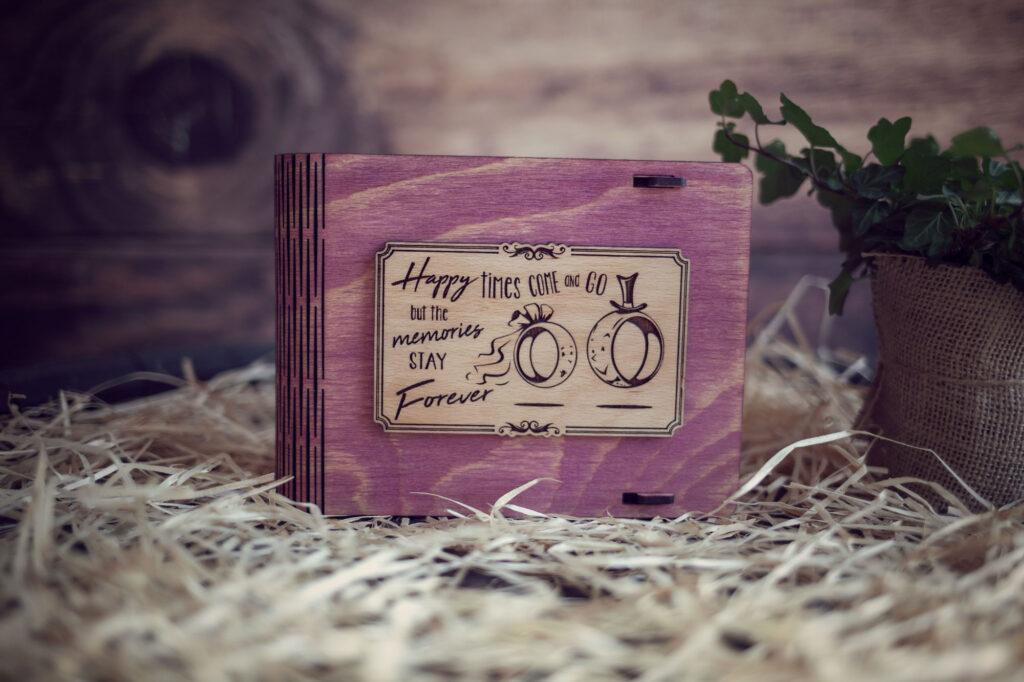 Cutie din lemn medie pentru stick USB - model Verighete vesele