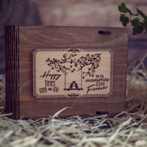 Cutie din lemn medie pentru stick USB - model Pasarele