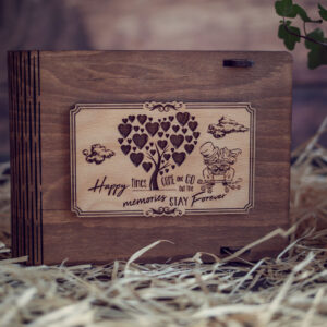 Cutie din lemn medie pentru stick USB - model Proaspat Casatoriti