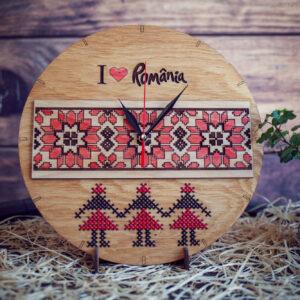 Ceas cu motive traditionale gravate si cusatura incrucisata pe lemn, stejar auriu